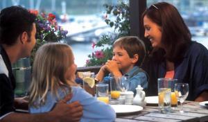 children-eating-in-restaurant